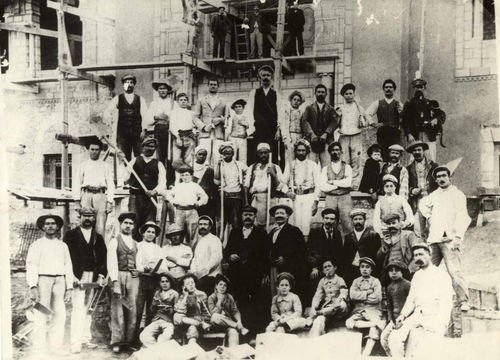 عمال بناء قصر البلدية