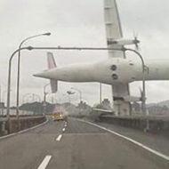 لحظة سقوط طائرة ركاب في تايوان