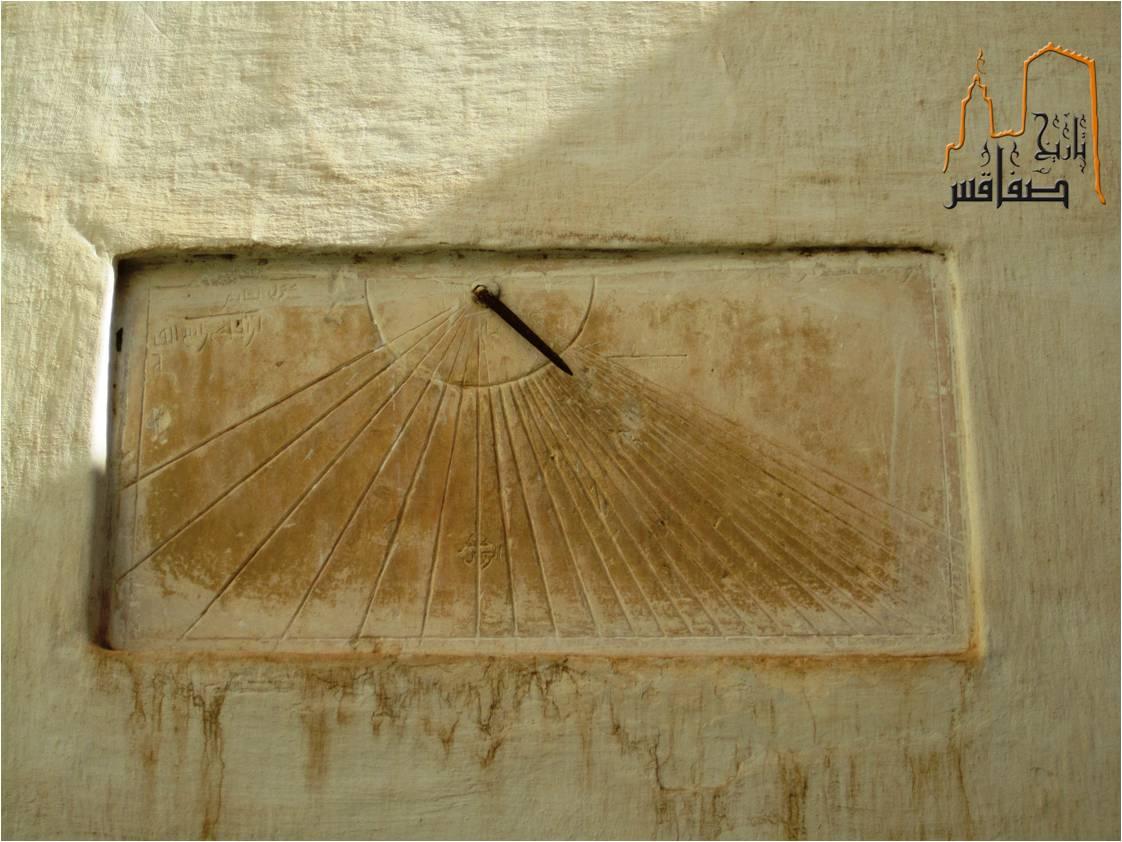 ساعة شمسية حائطية بمسجد سيدي علي النوري
