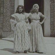 امرأتان في لباس تقليدي