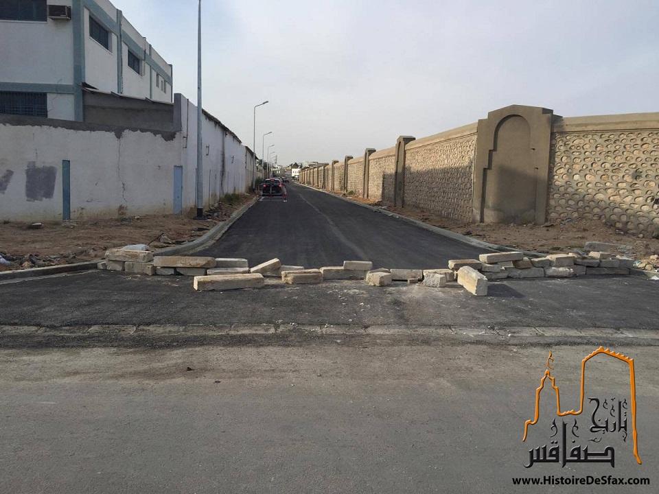 مهزلة في صفاقس : أصحاب تعليم السياقة في المنطقة الصناعية بودريار يغلقون طريقاً كاملاً دون حسيب أو رقيب
