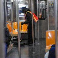 عامل نظافة بمحطة مترو