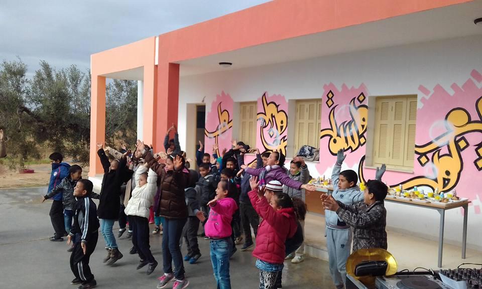 """صفاقس : جمعية """"خمم في غيرك"""" تدخل الفرحة على أطفال مدرسة أولاد حمودة ڤرڤور"""
