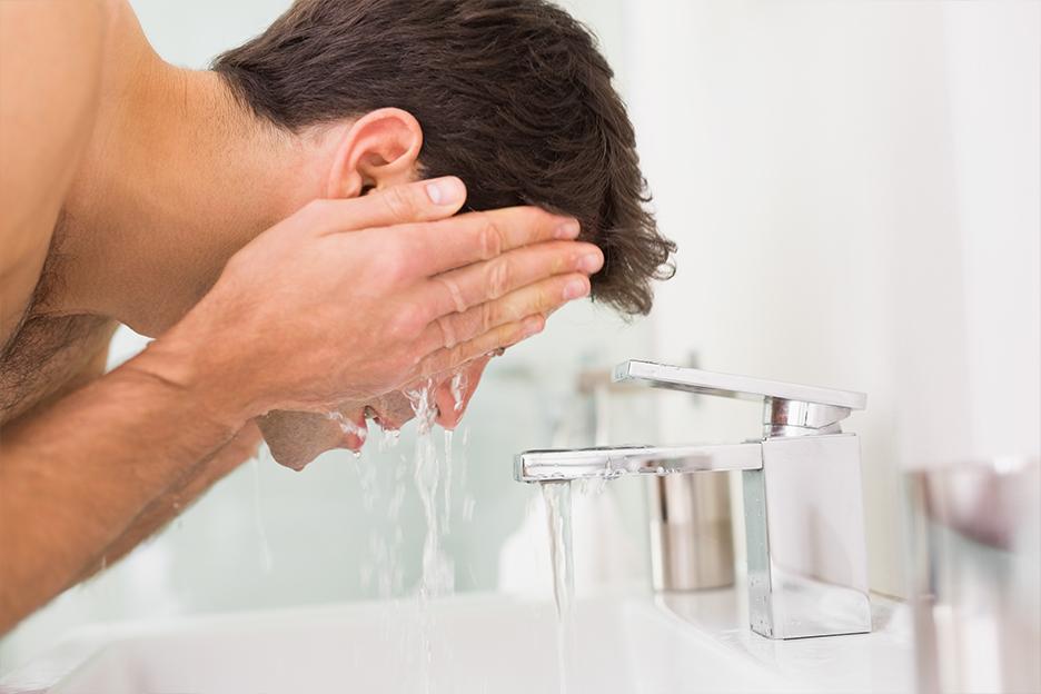 رجل يغسل وجهه