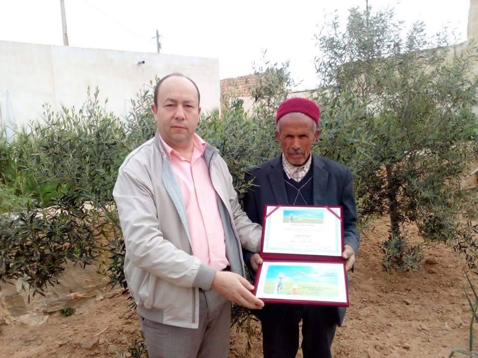 فوزي الزياني رئيس النقابة التونسية للفلاحين بصفاقس يكرم الفلاح حمدة بن ابراهيم