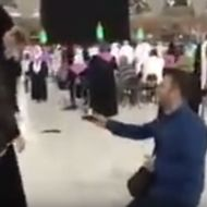 شاب تركي يجثو على ركبتيه ليطلب يدَ حبيبته أمام الكعبة