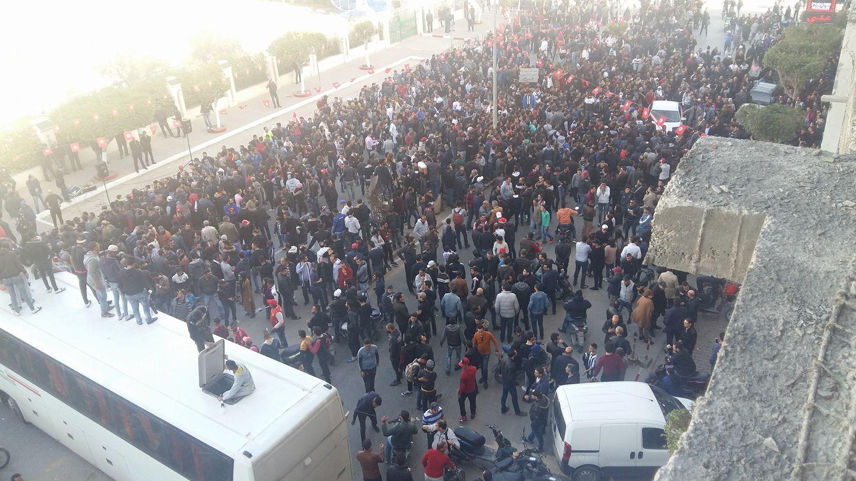 في يوم غضب : جمهور النادي الصفاقسي ينظمون وقفة احتجاجية تنديدا بقرار إيقاف نشاط رئيس النادي