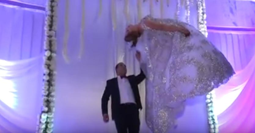 """عرس في صفاقس فريد من نوعه .. العريس """"يطير"""" بعروسه في الفضاء على أنغام الموسيقى"""