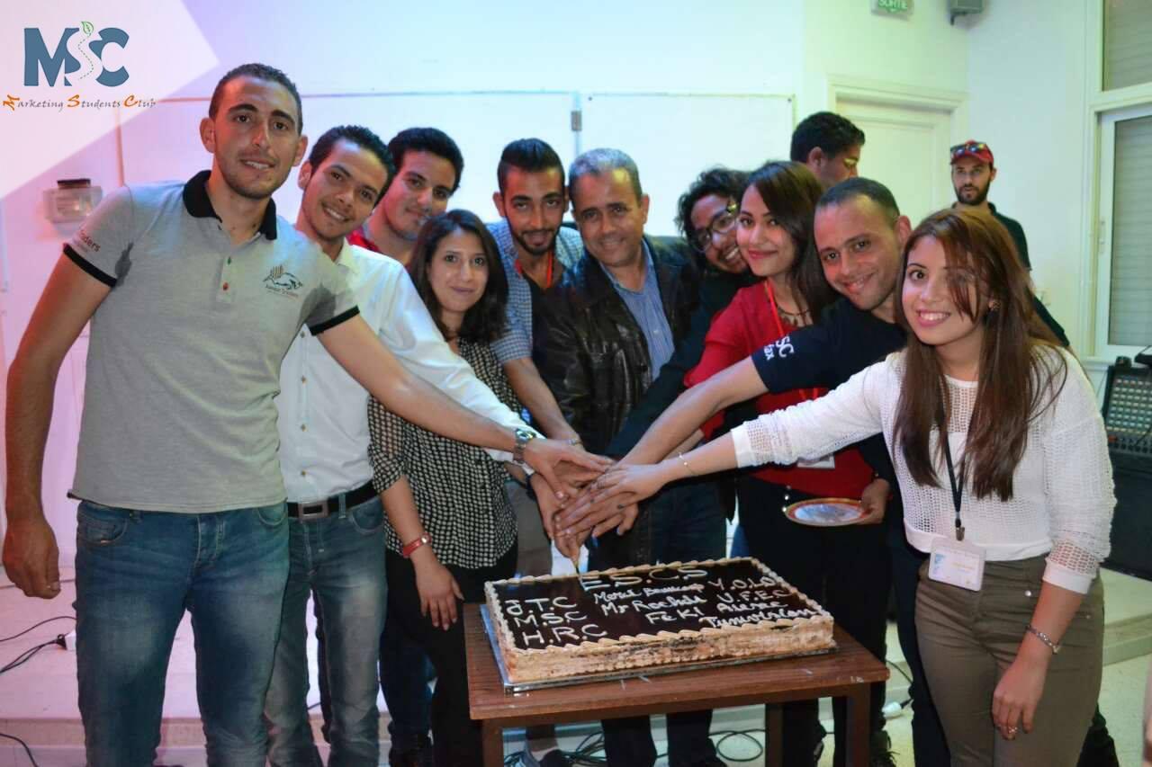 """طلبة المدرسة العليا للتجارة بصفاقس يكرمون """"رشدي الفقي"""" مدير المؤسسة الجامعية"""