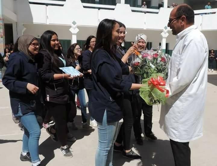 صفاقس : في اخر السنة الدراسية ... تلاميذ معهد محمود مقديش يكرمون أساتذتهم