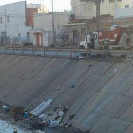 شاحنة بلدية تفرغ الفضلات المنزلية بالقنال الحزامية