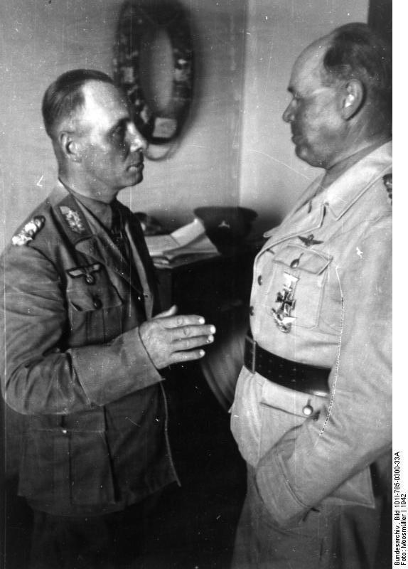 الجنرال رومل على اليسار والماريشال كاسرلينغ على اليمين