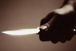 يتهجّم بسكين