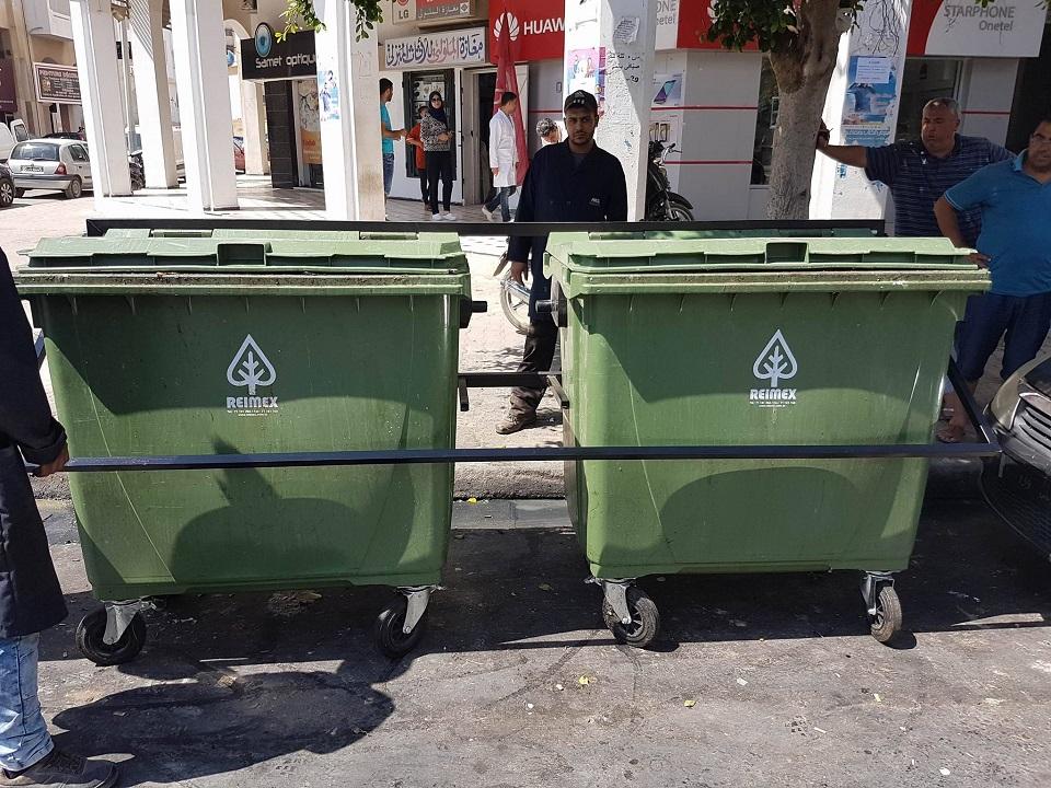 بلدية صفاقس تقوم بتركيز مثبت لحاويات الفضلات