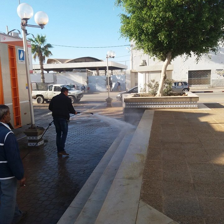 صفاقس : تنظيف فضاء شط القراقنة بفوهات المياه الضاغطة