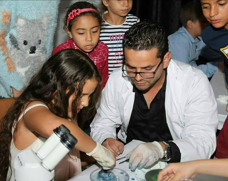 """صفاقس : الدكتور امين الغرياني يشرف تظاهرة """"شهر نوفمبر الرقمي"""" من خلال ورشة للفن البيولوجي"""