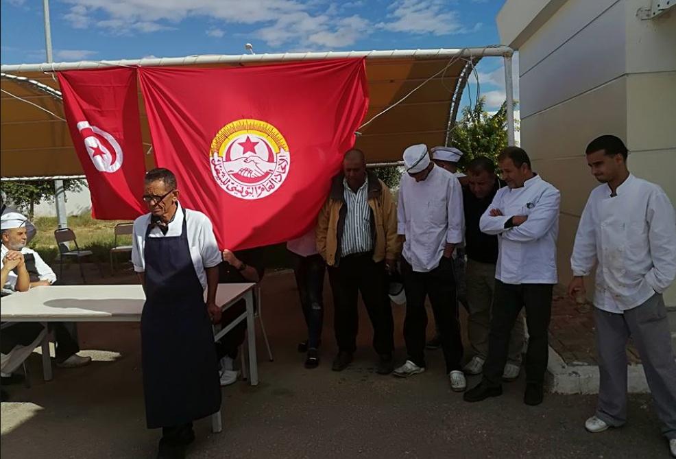 صفاقس: وقفة احتجاجية لأعوان و موظفي المطاعم الجامعية تنديداً بممارسات المدير العام