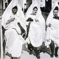 نساء يهوديات يتجولن في مدينة صفاقس ويرجع تاريخ الصورة بداية القرن الماضي